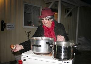 Skidgeneralen Barbro Westling hade klätt upp sig till fin dam när hon serverade korv till de två deltagarna.