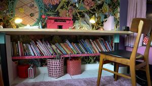 hitta bra förvaring. Var inte rädd för kreativa förvaringslösningar. Barnen har inga problem att hitta favoritböckerna under skrivbordet.