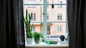 Inred och dekorera dina fönster. Här kan du visa dina finaste favoritsaker. Dödskallen är ett reseminne från Mexiko. Genom att hänga gardinerna vid sidan av själva fönstret skapas en illusion av att det är större än vad det är.