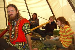 Australienskt. Trym Berglund från Norge avslutade sin kurs på skolan för ett år sedan men valde att stanna i byn. På festivalen lärde han ut hur man spelar digeridoo. Foto:Karolina Lundgren