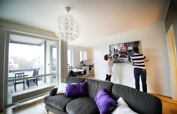 När Sofie Ek och Fredrik Andersson till sist fick tag i en lägenhet beslutade de sig för att börja från noll. De sålde och skänkte bort det mesta som de hade innan, och därmed är lägenheten ganska tom till en början. Sakta och med eftertanke fyller de på i hemmet. Soffan heter Oxford och är från Mio, köksbord och stolar i vitt och svart också från Mio, tavlan från Ikea har ännu inte fått sin plats.