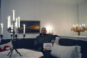 Täpp Lars Arnesson läser högt ur sin barnbok