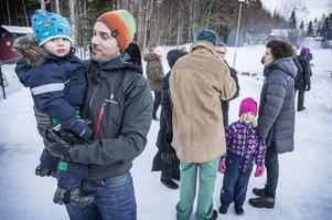 2-årige Edde med pappa Mathias Sjöström besökte invigningen av Fröhusets förskola.