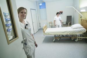 Versamhetschef Kristina Hambraeus och avdelningschef Christina Hedman förbereder Akutvårdsavdelningen inför öppnandet.