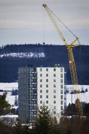 44 meter, 16 våningar och 56 lägenheter – den så kallade Fagerskrapan har nått toppen innan jul.