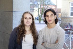 Linnea Strand och Didar Argashi fick inte rösta i höstas. Men de hinner fylla 18 år innan nyvalet i mars.