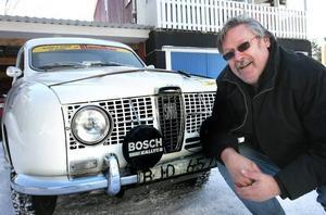 """Att vara Saab-entusiast och rallyförare är lätt att kombinera. Bo """"Ploppen"""" Petterssons Saab Monte Carlo hör till de modeller som gjort bilmärket omtalat i rallykretsar."""