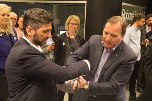 Med en tydligare socialistisk politik vill statsminister Stefan Löfven (S) stoppa högerpopulismen. Här fick han prova en sorts elförstärkt handske inne på Robotdalen.
