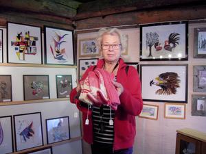 Vivianne Dahlros från Limmared köper på sig en packe med stickade vantar.