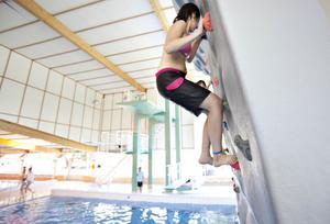 KLÄTTRING. Mirna Wadia, 12 år, har årskort i badet och tyckte det var kul att återupptäcka klätterväggen