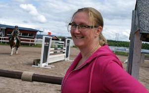 Elisabeth Greze, ordförande i Gagnefs ridklubb, hälsar ryttare och publik välkomna till helgens hopptävlingar i Mockfjärd. I bakgrunden ses Jonna Larsen på Sulan.FOTO: CHARLOTTA RÅDMAN FRANS