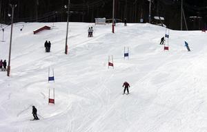 Full fart var det i slalombacken i Edsbyn där skolornas mellanstadier hade friluftsdag.