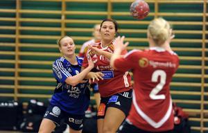 Arbrås Cissi Larsson i en av många tuffa närkamper med Skånelas försvar.