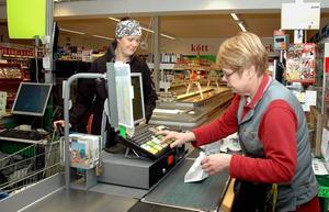 """KUND. Veronica Sundquist handlar nästan all sin mat i Åmot. """"Jag är en trogen kund. Butiken är jätteviktig för byn"""", säger hon."""