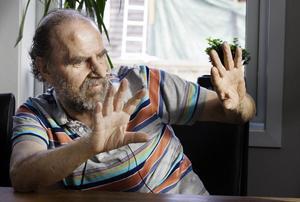 Tommy Lantz visar läkarna hur han kan röra händerna.