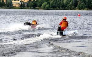 Det finns två körstilar i Classic Boat Racing, liggande på magen eller stående på knä. Foto: Hillevi Mårtensson