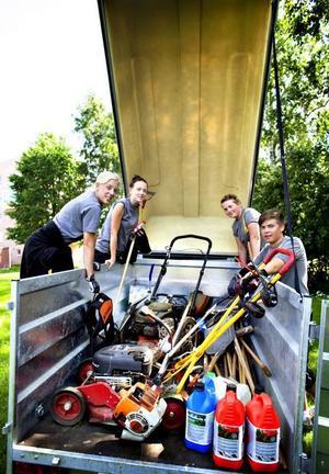 Jobbar hårt. De sommarjobbande ungdomarna vid Gavlegårdarna får en hel del  beröm av bolagets hyresgäster.