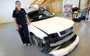 Sandra Linnea Johansson vid en bil som krockat med en älg.FOTO: MIKAEL ERIKSSON