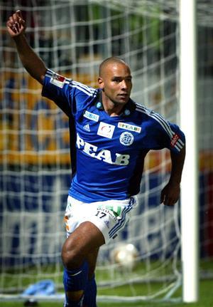 Meste allsvenske målskytten i GIF Sundsvall jublar. Här har han gjort matchens enda mål hemma mot Elfsborg i september 2002.