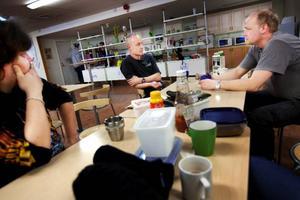 """Inte helt oväntat var konkursen det självklara samtalsämnet i lunchrummet på ACB Laminats fabrik i Skanderåsen i går. """"Ett trist besked"""", konstaterar Christer Björk, Åke Wickman och Ola Sivertsson.Foto: Håkan Luthman"""