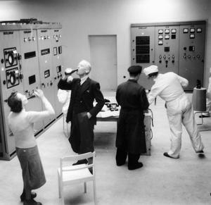 Det funkade och här skålar personalen i Ygnestationen på Gotland. Klockan var 18.07 ett historiskt klockslag.