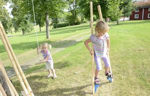 Även traditionella lekar fanns att testa. Systrarna Elna och Maja Koppla gungar och går på styltor.