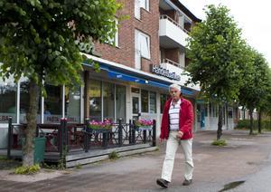 """Håla eller inte. Enligt Svenskt hålindex räknas Kolbäck som en håla, men kommunpolitikern och Kolbäcksbon Sigge Synnergård håller inte med. """"Jag känner mig inte instängd i ett hörn ¿i Kolbäck, det är en knutpunkt med vägar åt alla håll"""", säger Sigge Synnergård, som bott 44 år på orten.Foto: JACKIE MEH"""
