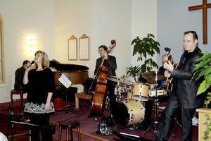 Jazzproffs i kyrkan. Pär Björck piano, Meta Roos sång, Gunnar Andersson bas, Gunder Eriksson trummor samt gitarristen Janne Ottesen.