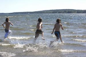 Sisten i! Victor Hillbom, tolv år från Ljusdal springer ut i det – minst sagt – svalkande havsvattnet tillsammans med Hudiksvallsbröderna Ryan och Alex Butler, tolv respektive tio år gamla