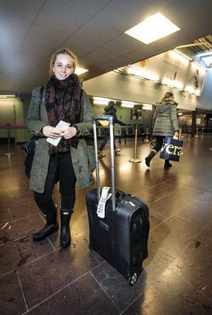 Julie Skovgaard, Köpenhamn.Vart ska du resa?– Hem till Köpenhamn. Jag har varit och besökt en kompis här i Östersund. Vi har varit i Vemdalen och åkt skidor, bland annat.Hur ofta reser du med flyg?– Jag flyger inte så ofta, en till två gånger om året, brukar det bli.Vad har du alltid med dig på resan?– Min Ipad, en bok och telefonen är alltid med.Vart går din drömresa?– Till en vit sandstrand. Det spelar ingen roll i vilket land den ligger, bara det är varmt.Vilket land var du till senast?– Det senaste var till Östersund i Sverige.