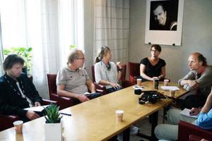 """Bilden är lite missvisande. Micke Björk, Lars Sillrén, Andrea Wiktorsson, Linda Fristedt och Stefan Kauppi ser ut som om de sålt smöret och tappat pengarna. Men i själva verket är humöret på topp.Till och med de största artisterna uppförde sig. Lady Gaga var långt i från en diva berättar Linda Fristedt som chefade på Stora scenen. """"Hon (Lady Gaga, reds anm) var redo att gå på direkt efter presidenten. Medan de väntade på att få starta så stod hon och hennes band och dansade"""". Foto: Lars-Eje Lyrefelt"""