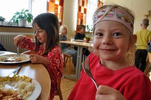 Selina Engberg och Aurora Hedenborg gillar maten på skolan i Häggenås. Kebabgrytan är något av en favorit, men Aurora tycker att pasta carbonara är bäst.