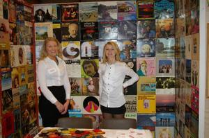 Johanna och Wilma i Centerpiece monter där glasunderlägg av gamla LP-skivor visades.