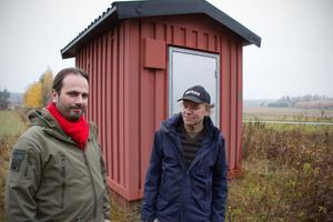 Markus Nyberg och Bengt Sundeck ser till att glesbygden får fiberuppkoppling. Bakom dem syns en av de stationer för telefoni som Telia kommer att stänga av.