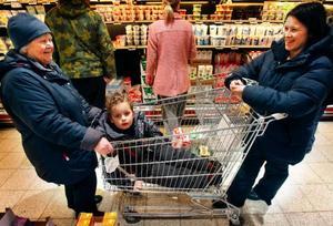 Mormor Taimi  Jonsson från Brunflo, Alexander Thorsson från Frösön och mamma Lena Jonsson från Frösön handlade igår bland annat mjölk på Coop. Alexander är den ende som väljer bort mjölken från Milko, för att han behöver mjölk som är helt fri från laktos – mjölksocker.