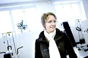 """TRÄNAR I STAN. Madelene Wiklund, som arbetar på Korsnäs inköpsavdelning, spanar in det nya personalgymmet. """"Det är väldigt fräscht och fint"""", konstaterar hon."""