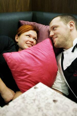 """Emma och Kristian delar både jobb och hemmaliv men skulle inte vilja ha det på något annat sätt. """"Visst blir det mycket vardag, men det krävs bara att vara ifrån det ett kort tag för att sakna det"""" säger Kristian."""