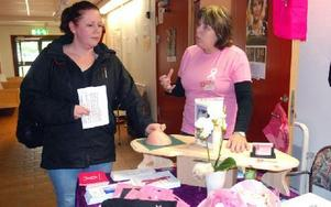 Annika Larsson besökte Seniormässan för att hennes svärfar var en av deltagarna. På köpet fick hon bland annat veta hur bröstcancercystor kan känns. Foto: Eva Langefalk/DT