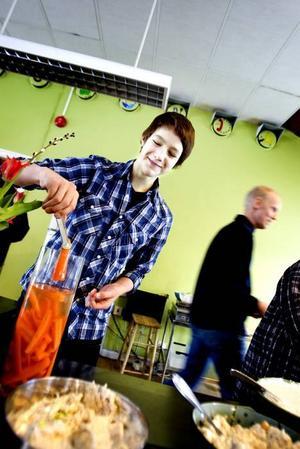 Ekologiskt. Eleverna är nöjda med den hemlagade och ekologiska maten på Perslundaskolan. Här förser sig Emil Edlund med en morotsbit.