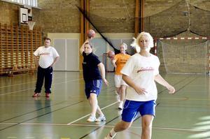 Ingen brist. Femton aktiva spelare räcker till ett lag. Men Kopparbergs BK välkomnar nya spelare. Henrik Lykke-Kjeldsen, Sofie Björn, Emma Kalajoki och Emma Lind tränar kast.