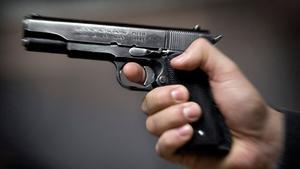 Pistolen på bilden har inget samband med artikeln.