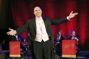 För få höjdpunkter. Henrik Dorsin och musikerna i Den vedervärdiga orkestern från Hoting gästade Konserthuset i går kväll med humorkonserten Näktergalen från Holavedsvägen. Den första akten bjöd på imponerande texter och musik men för få skratt, tycker VLT:s recensent.