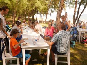 Varje fredag fick alla elever komma med sina föräldrar till stranden för att äta pannkakor.