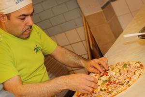 Hassan Kallash lägger på ingredienserna. Foto: Mikael Stenkvist