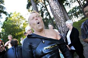 Anders Åkerlund, från Gävle, håller andan när skavsårsplåstret dras bort från ryggen.
