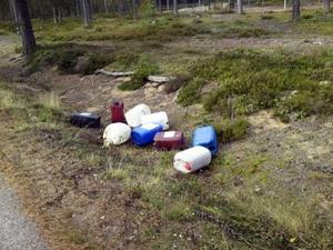 Någon har dumpat oljedunkar i ett dike utanför skidstadion i Hudiksvall, där det är vattentäkt.