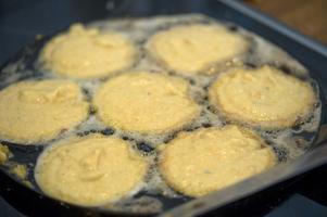 Räkna med att de första pannkakorna inte blir perfekta. Tycker du att det är knepigt att vända dem brukar det gå lättare i en plättlagg.