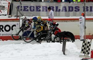 Starten har gått i första heatat för dagen. Albin Lindblom (röd huva), Ove Ledström (blå), Daniel Henderson (vit) och Conny Fastesson (vit). Henderson flög i väg, före Ledström som sedan vann heatet. Linblom trea.