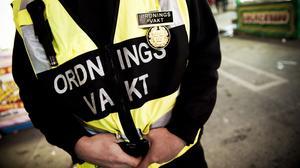Ingen får öppet dricka alkohol i Köpings centrum. Vad gäller uteserveringen på Stora Torget är krögarna och deras ordningsvakter ansvariga för att ingen alkohol lämnar uteserveringens område.