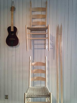 En björk kan förvandlas till mycket: gitarr av Jonatan Malm, stegestolar av Elina Holmgren och skidor av Fritjof Runhall.